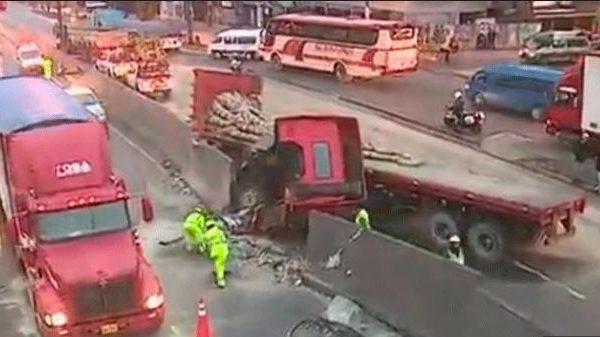 Tráiler choca contra muro de concreto