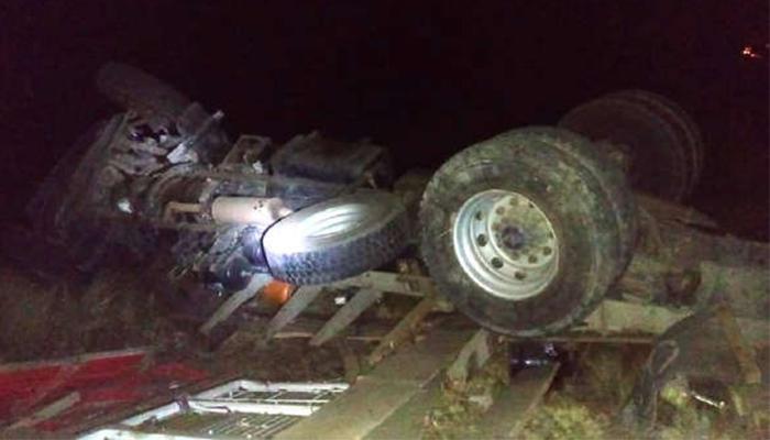 Camión con balones de gas cae en un abismo