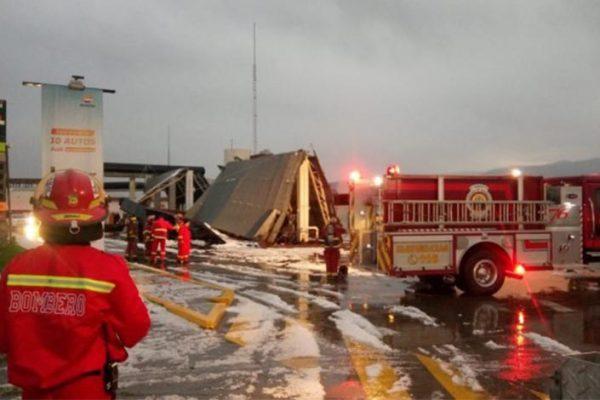 Techo de grifo Repsol cae sobre vehículos